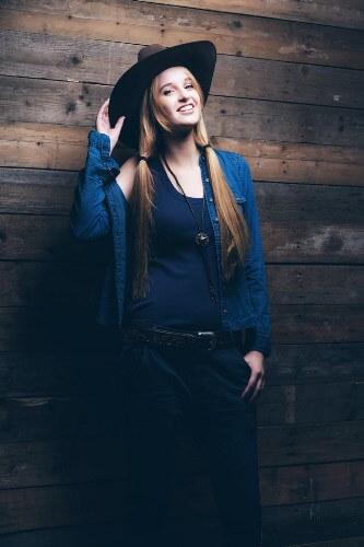 Девушка ковбой шляпа